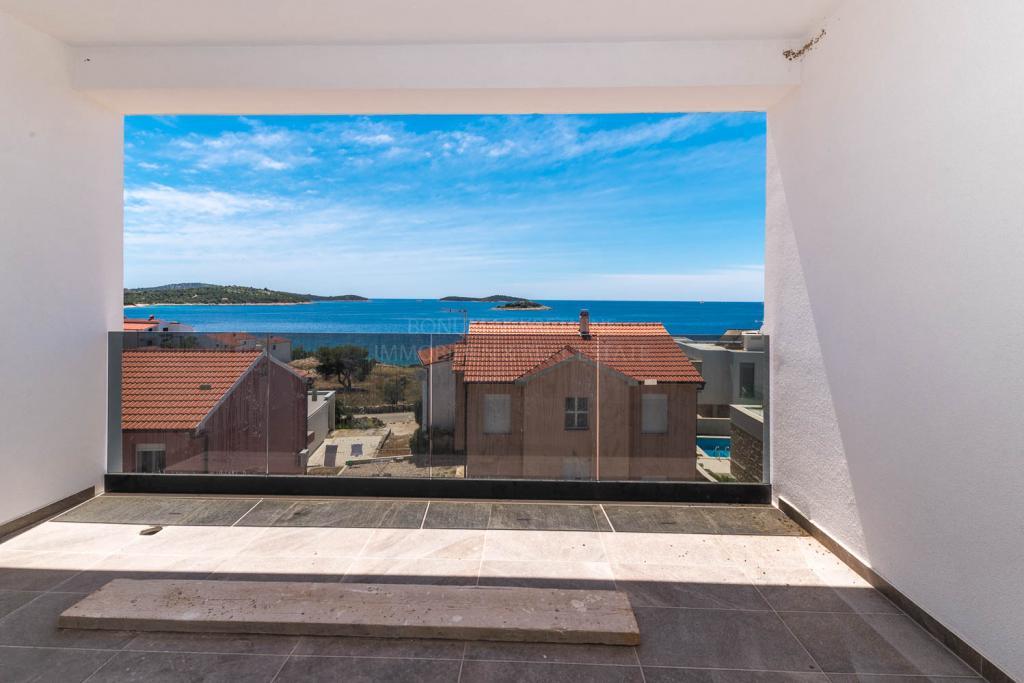 Novo privlačno stanovanje za prodajo v bližini plaže v Rogoznici