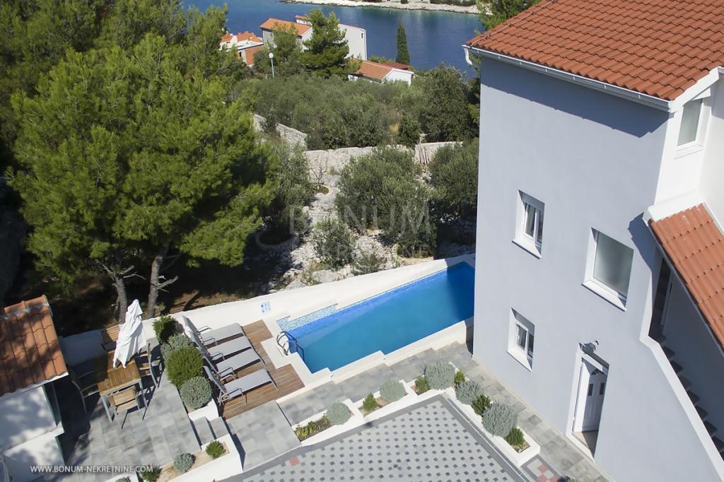 Apartmanska kuća sa bazenom, Rogoznica