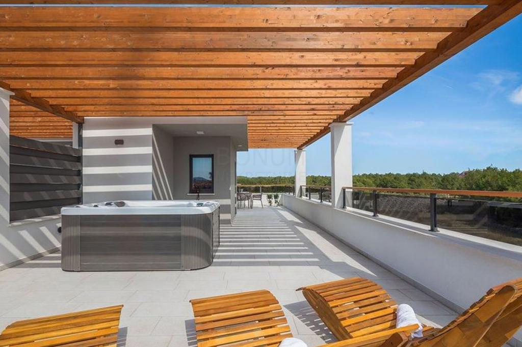 Vodice, luksuzno namještena kuća s bazenom i krovnom terasom