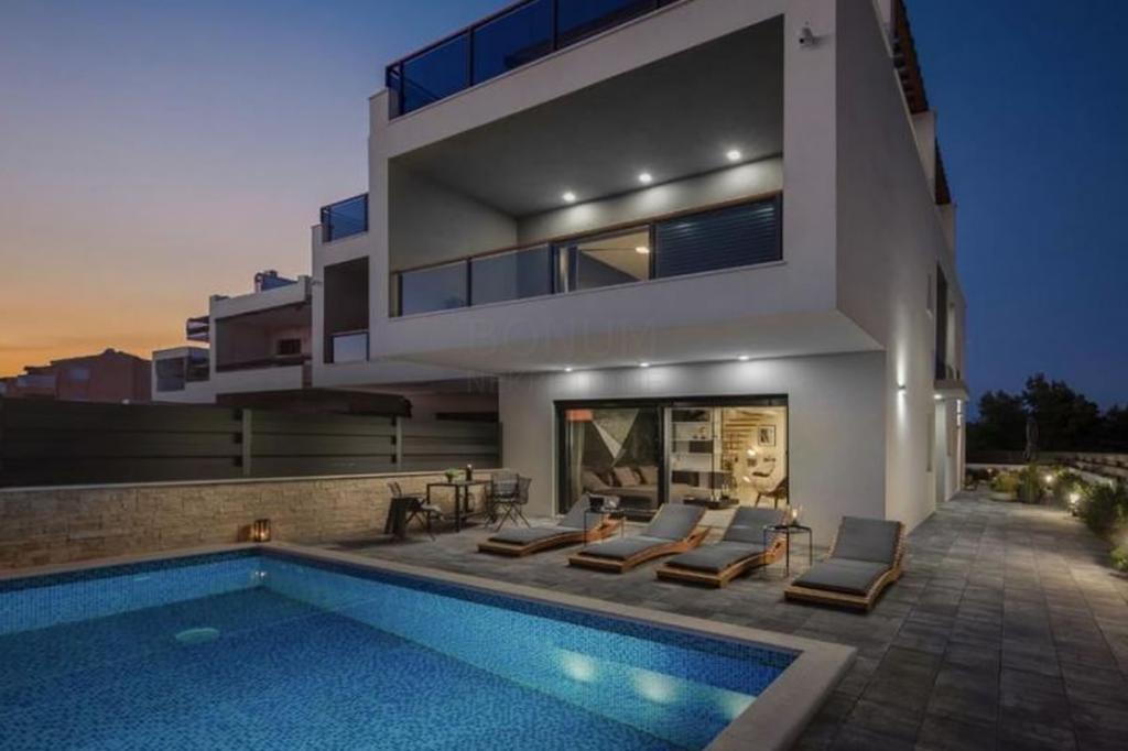 Luksuzna dvojna kuća u Vodicama