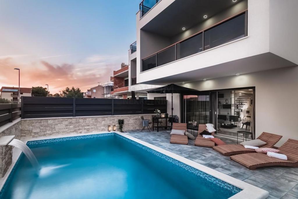 Vodice, luksuzno nameščena hiša z bazenom in krovnim terasom