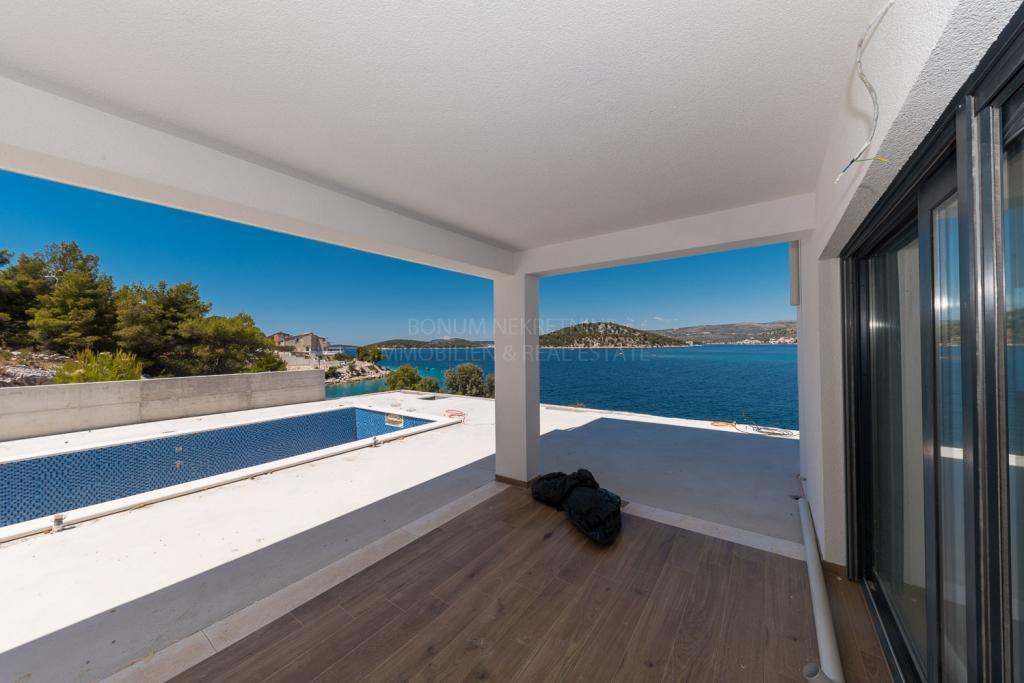 Rogoznica, Luksuzna vila s bazenom u prvom redu do mora