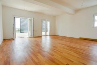 Novi apartman u prizemlju s velikom terasom i bazenom