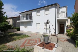 Vodice, samostojna hiša s tremi apartmaji na mirni lokaciji