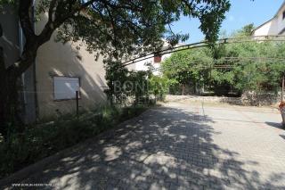 Vodice, samostojeća kuća s tri apartmana na mirnoj lokaciji