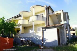 Šibenik, odličan potencijal, kuća sa dva stana i dvorištem na mirnoj lokaciji