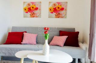 Primošten, luksuzno stanovanje v pritličju z bazenom in vrtom velikosti 17m2