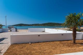 Prva vrsta do morja, novogradnja, luksuzno stanovanje z vrtom v pritličju
