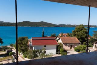 Luksuzan apartman s vrtom, 50 m od mora i lijepo uređene plaže
