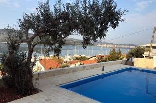 Luksuzna moderna vila s bazenom i panoramskim pogledom na more blizu plaže