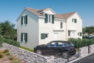 Doppelhaushälfte mit Hof in einem neuen Gebäude, Brodarica