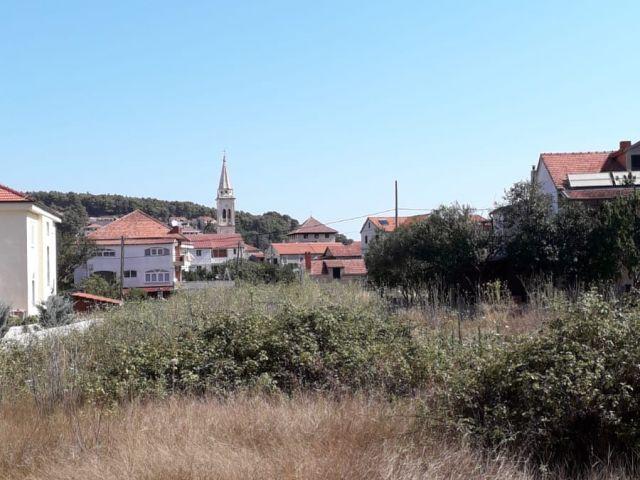 JELSA (Hvar), urbanizirano građevinsko zemljište 2048 m2, odlična lokacija