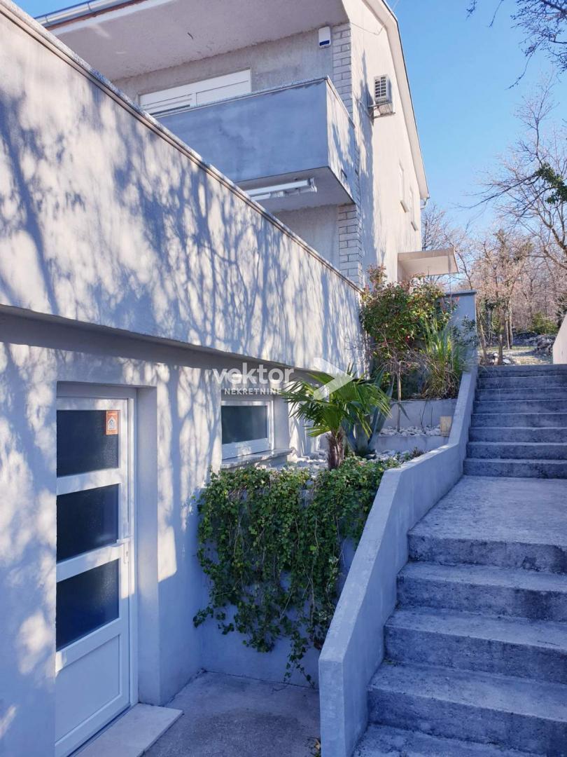 Jadranovo, moderna kuća s dvije garaže