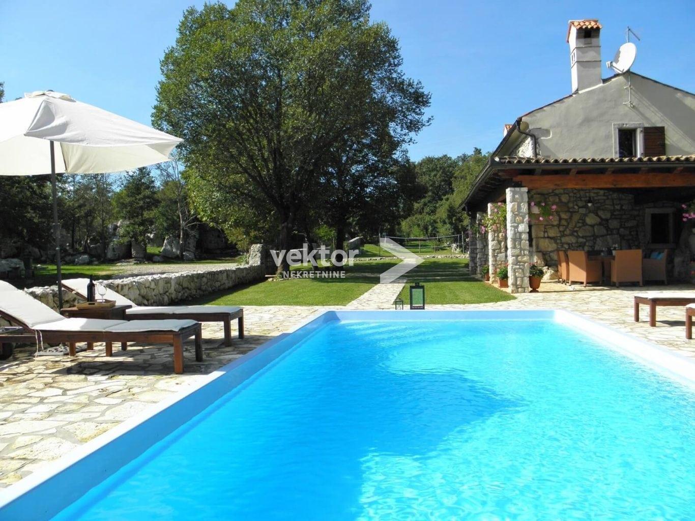 Kamena kuća s bazenom