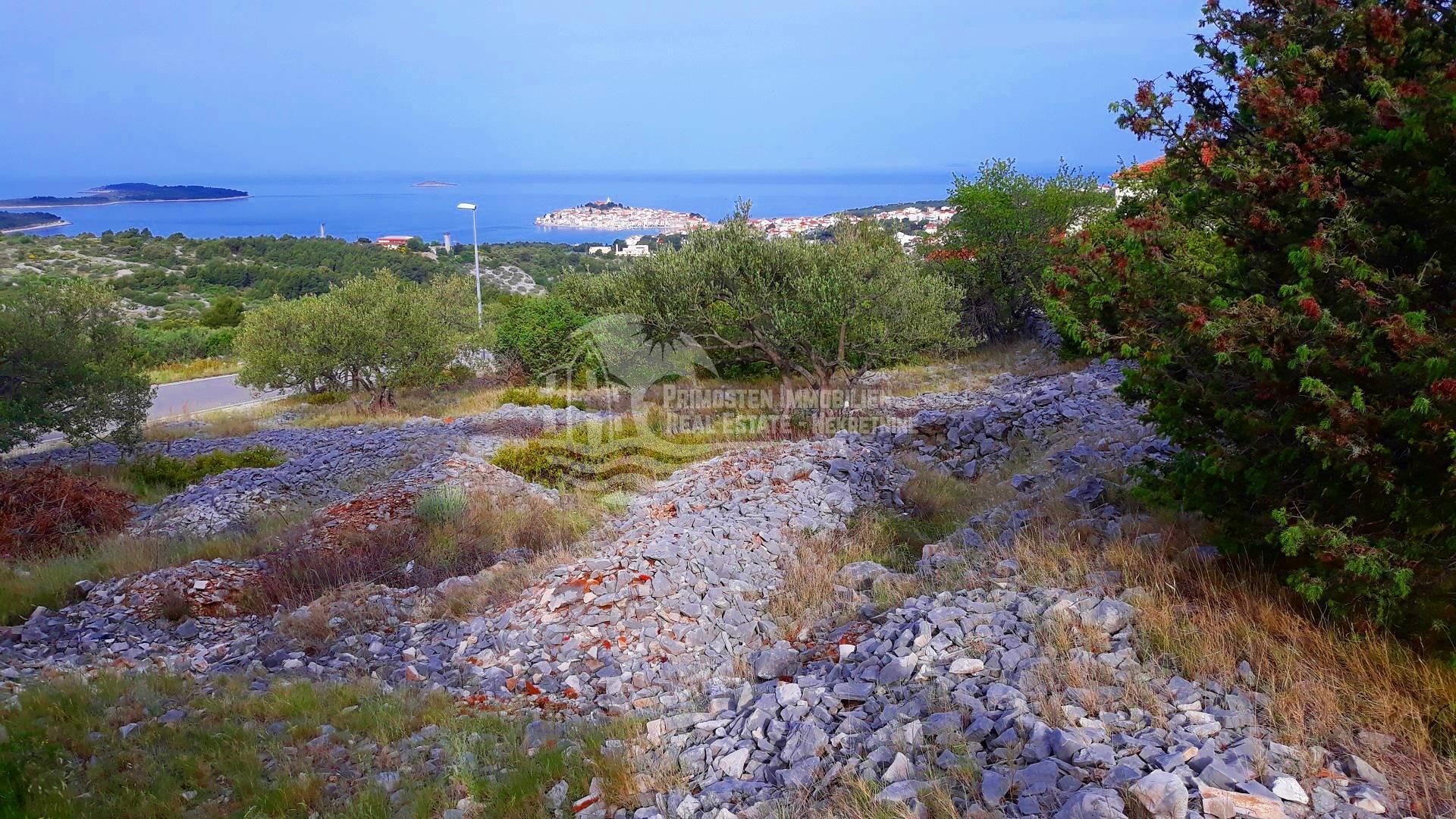 Land auf einem Hügel mit Blick auf das Meer