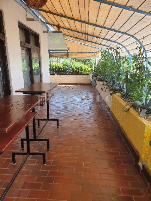 Stambeno poslovni objekt sa 5 stambenih jedinica i uhodanim i renomiranim restoranom 100 m od mora