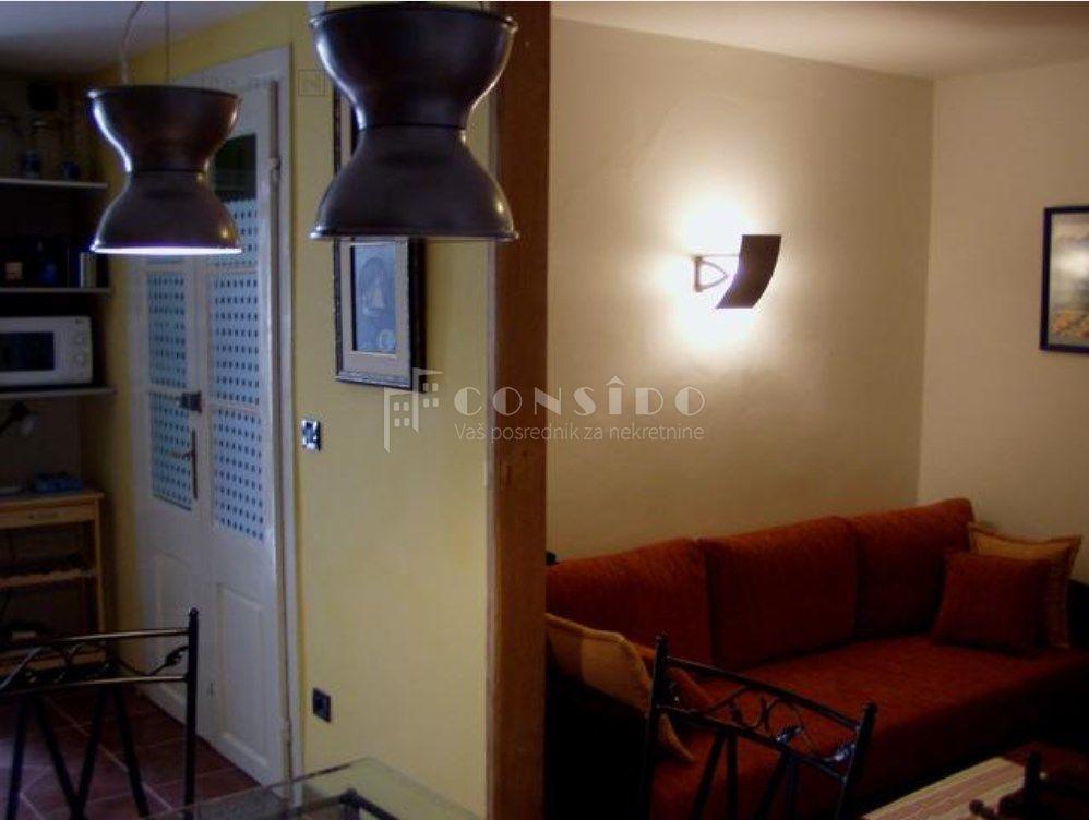 Novi Vinodolski, primorska kuća sa 5 stambenih jedinica podgodna za turizam, 100 m od mora i centra