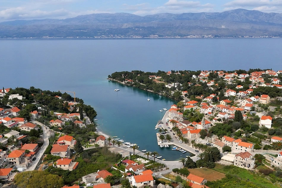 Brac: Split-building land by the sea in the center