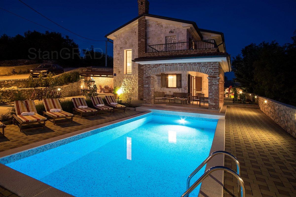 Krk, kuća s bazenom i panoramskim pogledom na more, prodaja