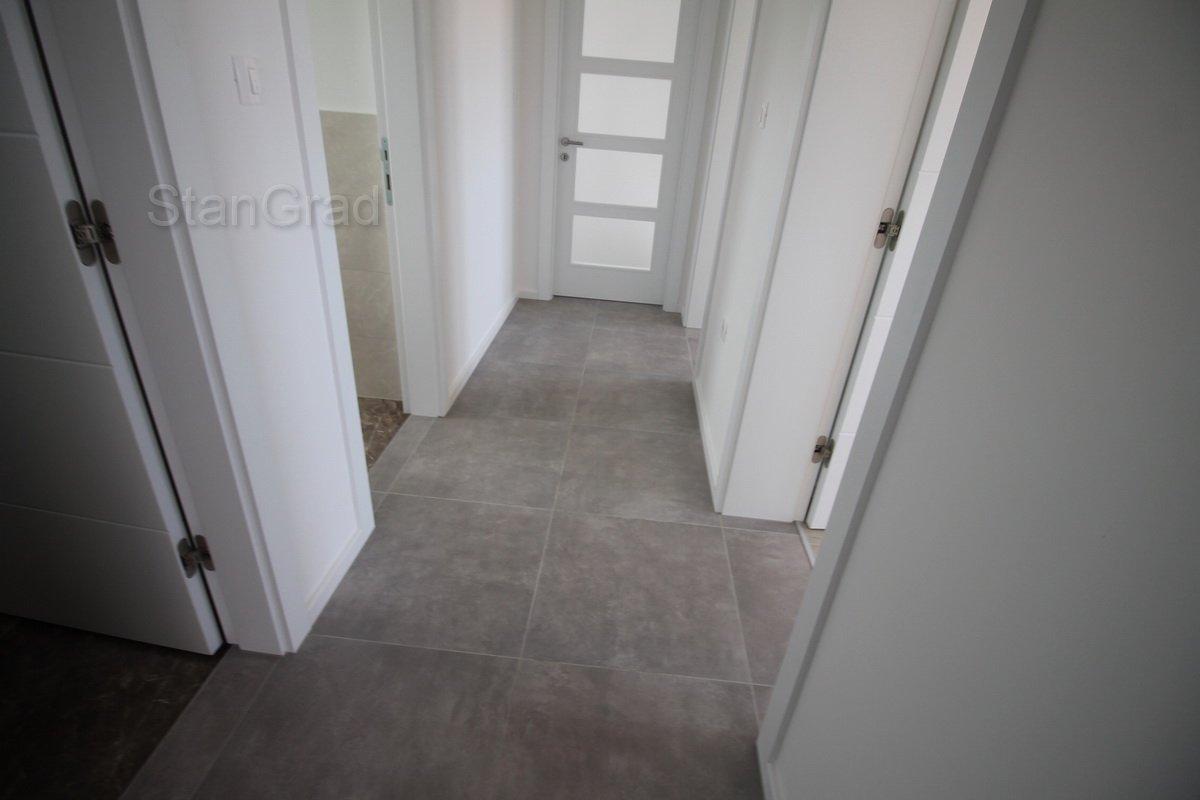 MALINSKA, novi apartman s pogledom na more i okućnicom od 90 m2