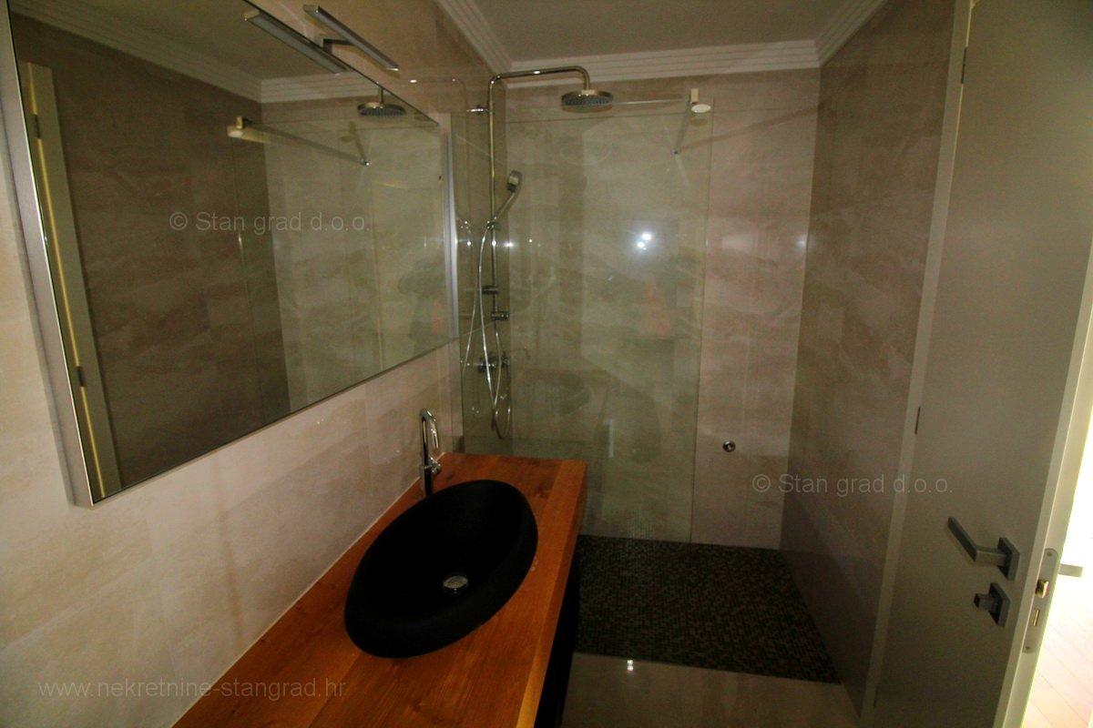 Apartman, prizemlje s okućnicom, bazenom i pogledom, grad Krk. EKSKLUZIVNO!!