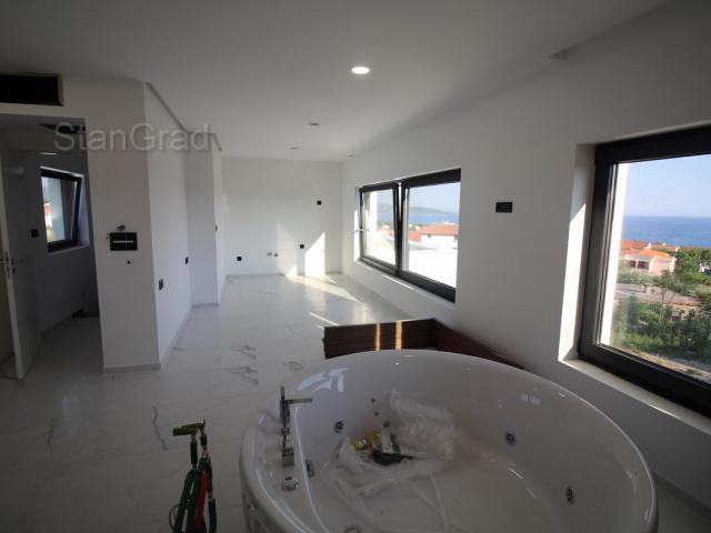 Nova kuća modernog projekta na 3 etaže s jacuzzi kadom, bazenom i otvorenim pogledom na more